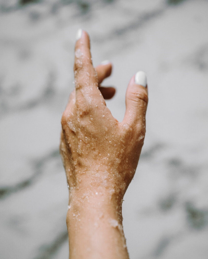 английская соль на руке